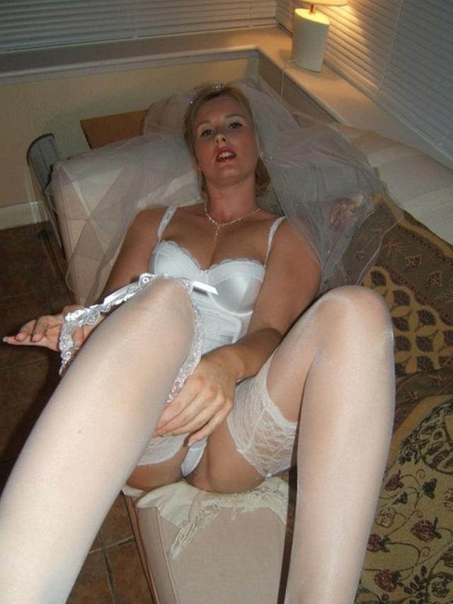 Модель дрочит киску и сосет члены в образе секретарши, невесты и не только - секс порно фото