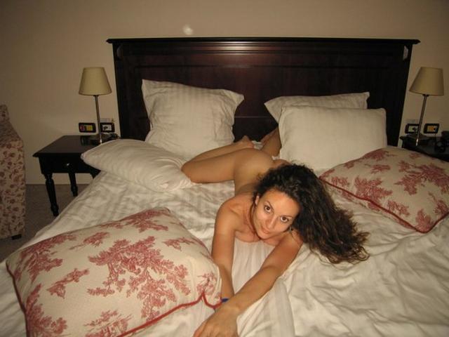 Кудрявая брюнетка с большой грудью ерзает на постели - секс порно фото