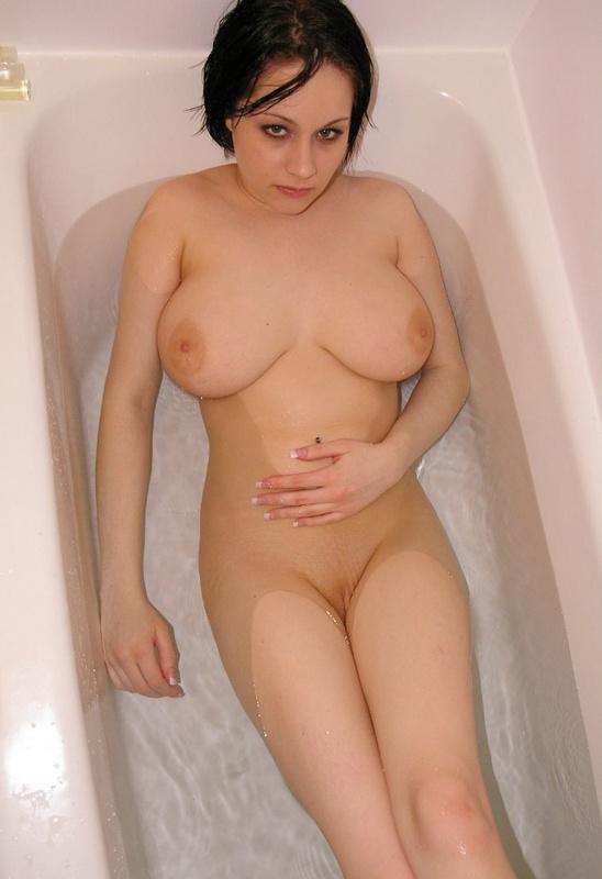 Порочная брюнетка с большими сиськами моется в ванне - секс порно фото