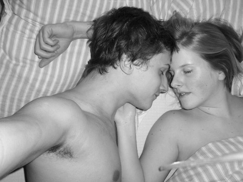 Влюбленная пара снимает свой домашний секс на камеру - секс порно фото