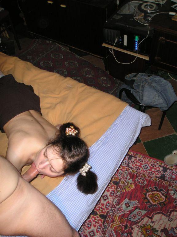 Брюнетка сосет член партнера и на все плюет - секс порно фото