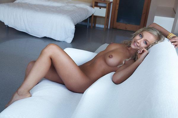 Милая девушка с роскошным тело и круглой грудью - секс порно фото