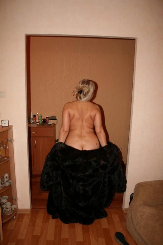 Толстая эксгибиционистка позирует дома - секс порно фото