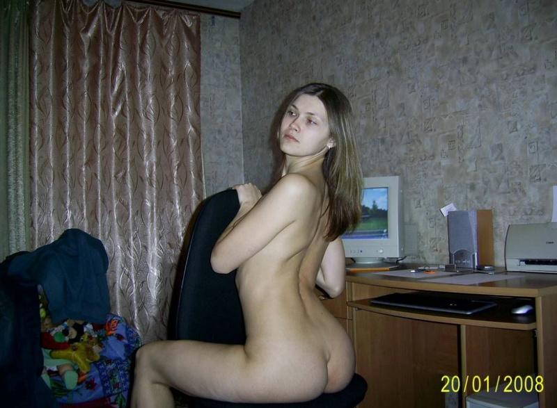 Неуемная сучка в чулках увлеклась дрочкой киски - секс порно фото