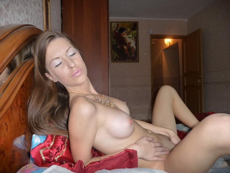 Голая худышка развлекает поклонников своим телом - секс порно фото