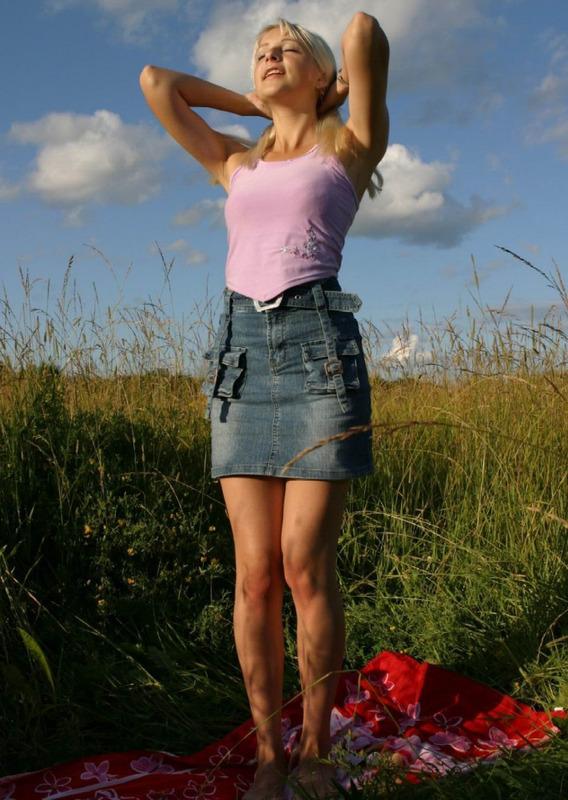 Эротика от красивой блондинки в поле летом - секс порно фото