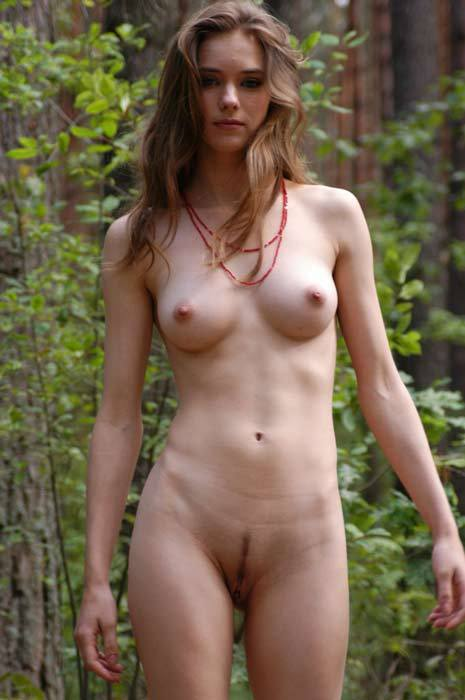 Молоденькая девушка пошла голышом в лесок - секс порно фото