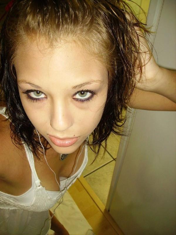 Молодая брюнетка раздевается дома - секс порно фото