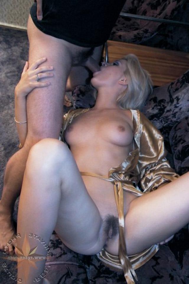 Мужчина трахается с дерзкой блондинкой на радостях - секс порно фото