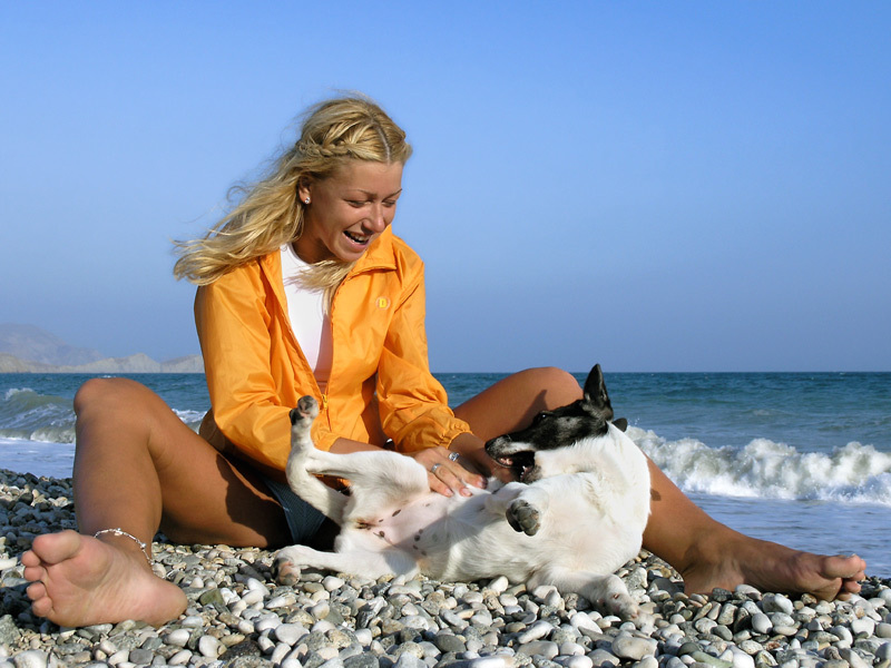 Нежная блондинка дарит нам тело и улыбку на берегу моря - секс порно фото
