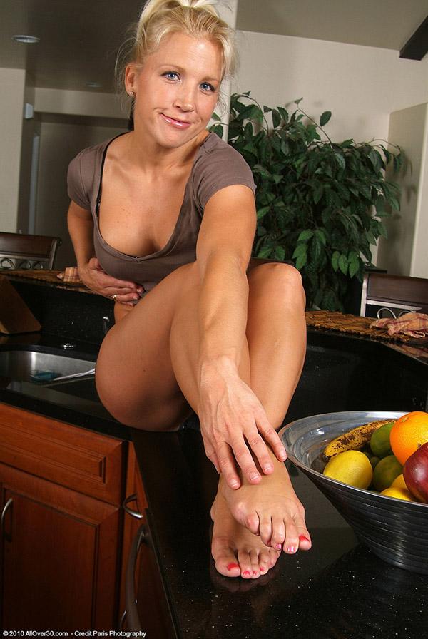 Спортивная дама раздевается, чтобы возбудить зрителя - секс порно фото