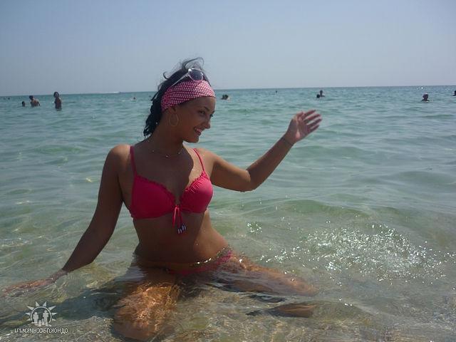 девушки на берегу моря и возле бассейна в бикини - секс порно фото