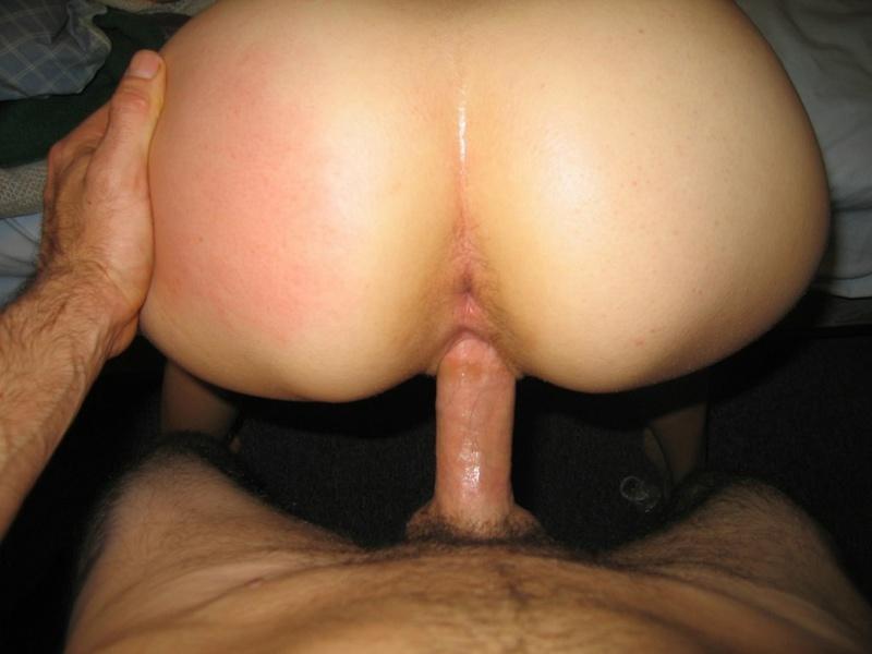 Парень трахает зазнавшуюся подругу на кровати - секс порно фото