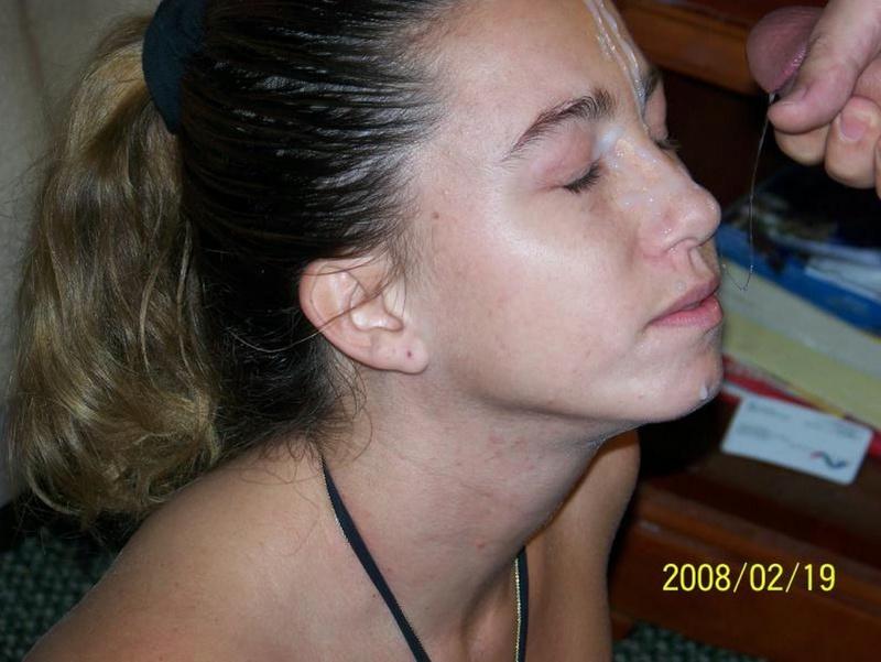 Шустрая девка ерзает на кровати и сосет пенис приятеля - секс порно фото