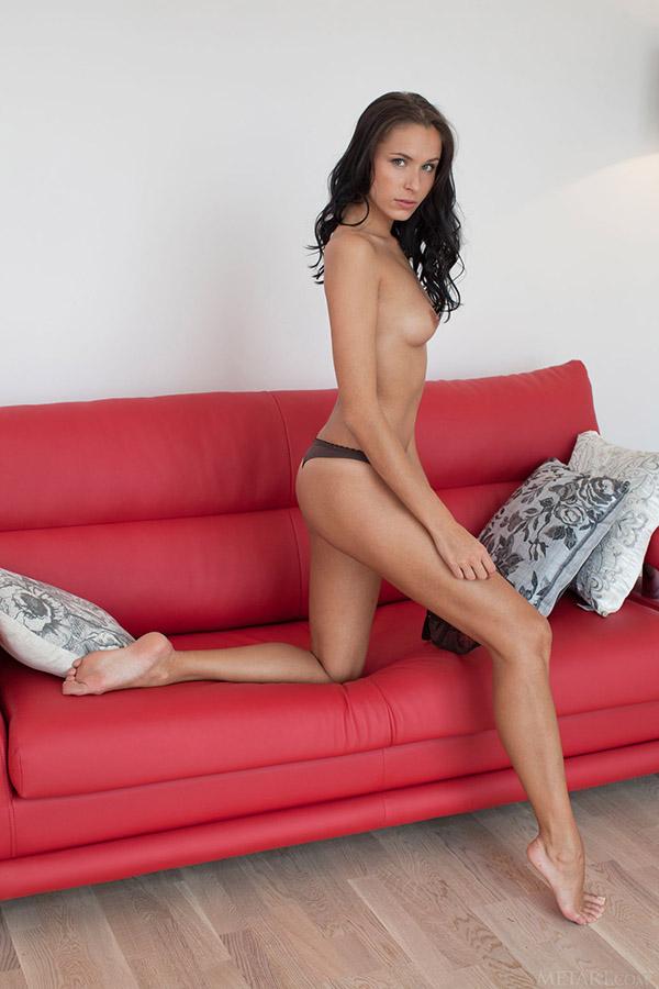 Голенькая брюнетка с чешущейся сладкой киской - секс порно фото