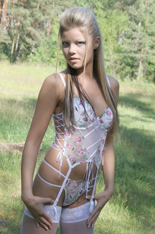 Горячая студентка раздевается в эротическом соло в лесу - секс порно фото