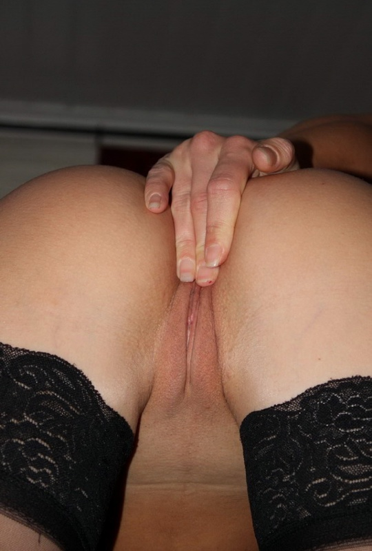 Шкодливая блондинка онанирует вагину в чулках - секс порно фото