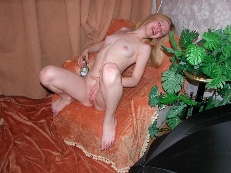 Голая провинциальная девчонка позирует в кресле - секс порно фото
