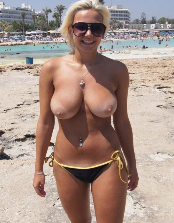 Грудастая блондинка оголяет свое тело  - секс порно фото