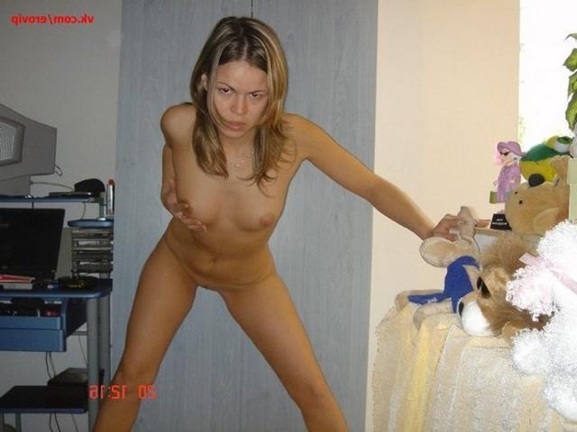 Снимает трусики и ласкает вагину - секс порно фото