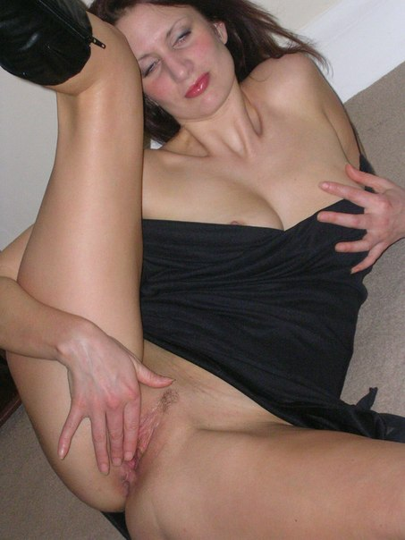 Веселая сучка просто мастурбирует киску самой себе - секс порно фото
