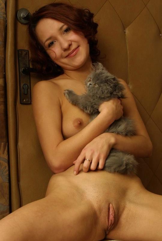 Обнаженная рыжая тетка играет с котом - секс порно фото