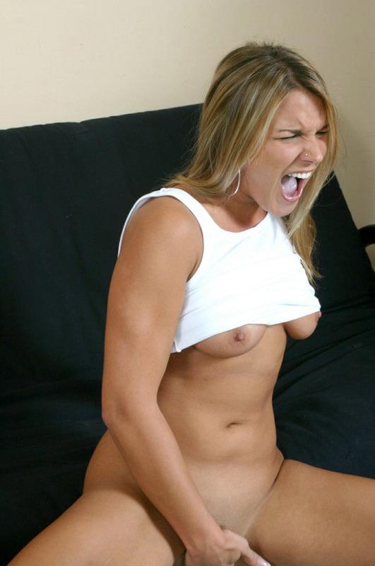 Яркая и эмоциональная красотка дрочит киску на диване - секс порно фото