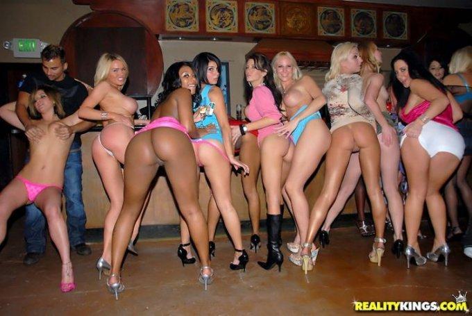 Красотки собрались на вечеринке для взрослого отдыха - секс порно фото