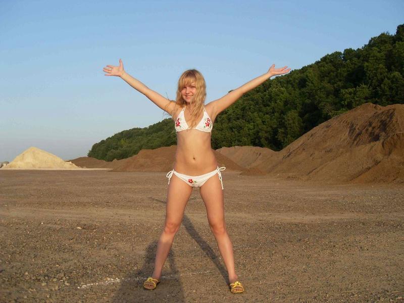 Девушка приходит на пляж и трахается с парнем голышом - секс порно фото