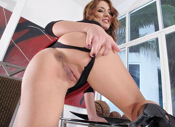 Дерзкая чикса мастурбирует киску пальцами и дилдо - секс порно фото