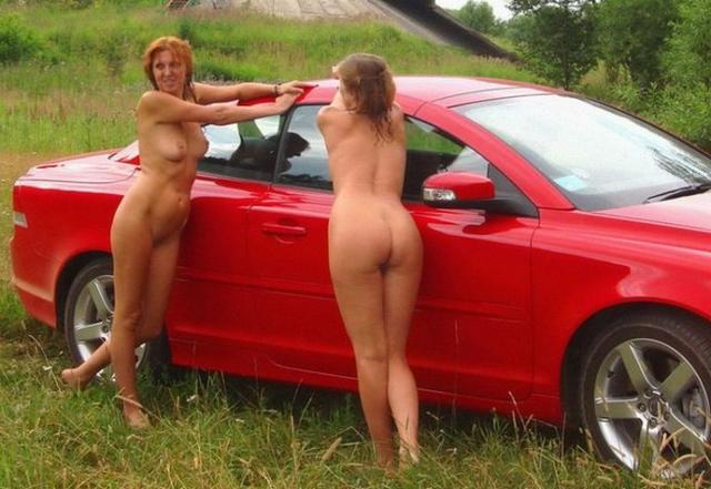 Верные подружки голышом  и на удобной кроватке - секс порно фото