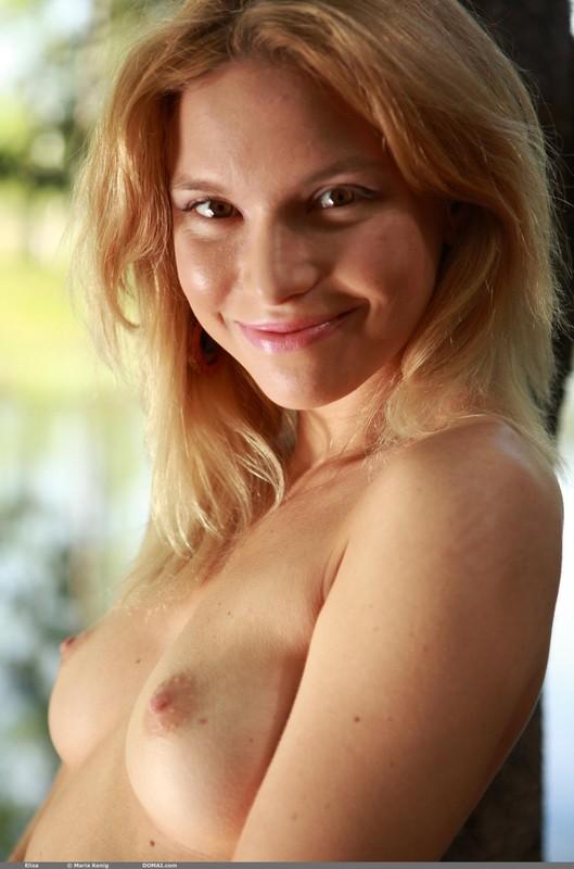 Голая блондинка солирует на камеру - секс порно фото