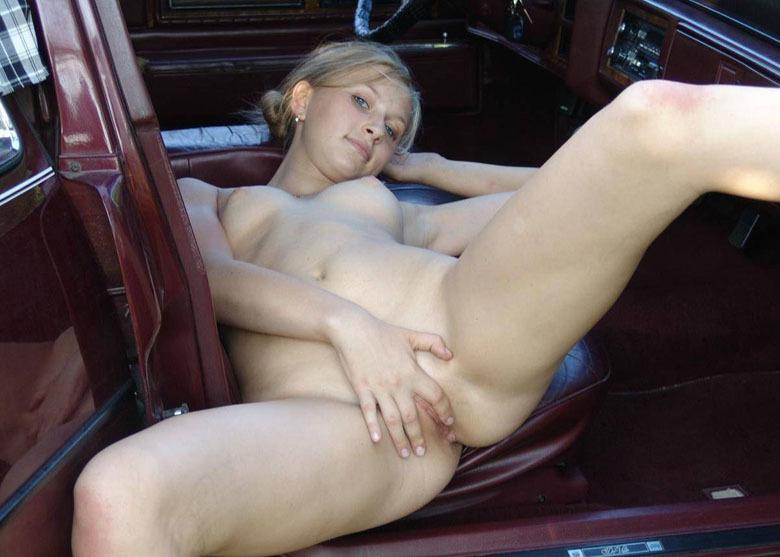 Худая сучка балует себя мастурбацией киски в авто - секс порно фото
