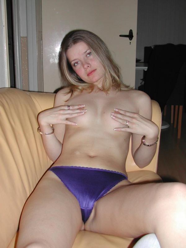Сексуальная девушка делает легкий отсос фаллоса - секс порно фото