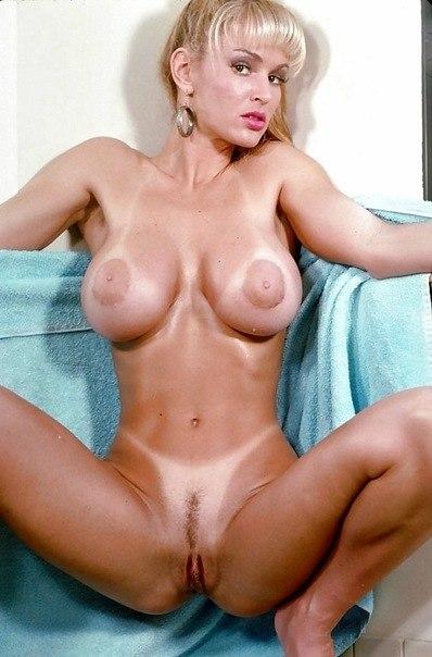 Полногрудые женщины позируют голышом на камеру - секс порно фото