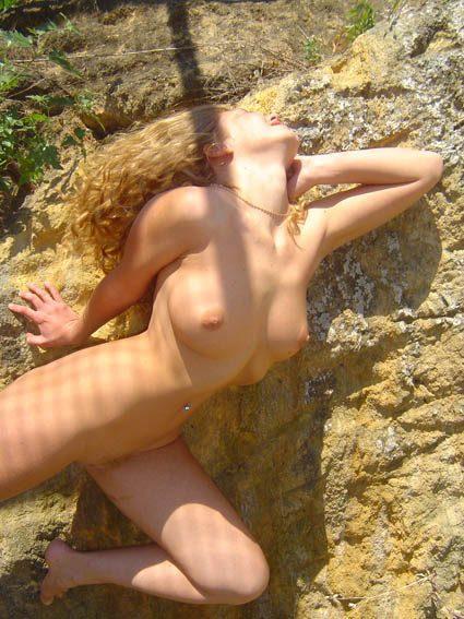 Красотка отдыхает на берегу моря во время заката солнца - секс порно фото