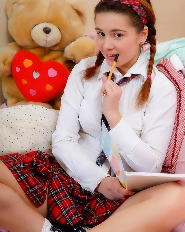 Сладкая темноволосая девушка дрочит киску пальцам и анус елдой - секс порно фото