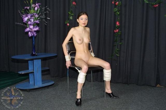 Сексуальная девушка связана по рукам и кончает от секса - секс порно фото