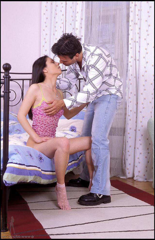 Порочная брюнетка занимается сексом с подкаблучником - секс порно фото