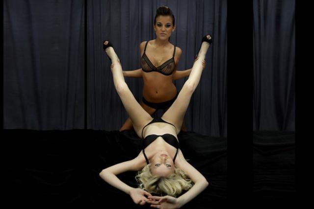 Две модели чешут свои киски в нижнем белье - секс порно фото
