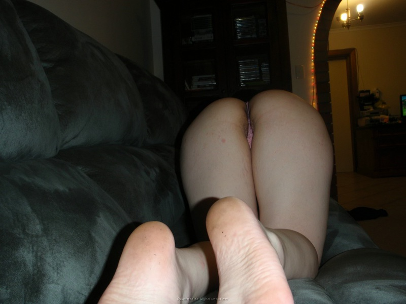 Шкодливая сучка жмякает свои огромные сиськи - секс порно фото