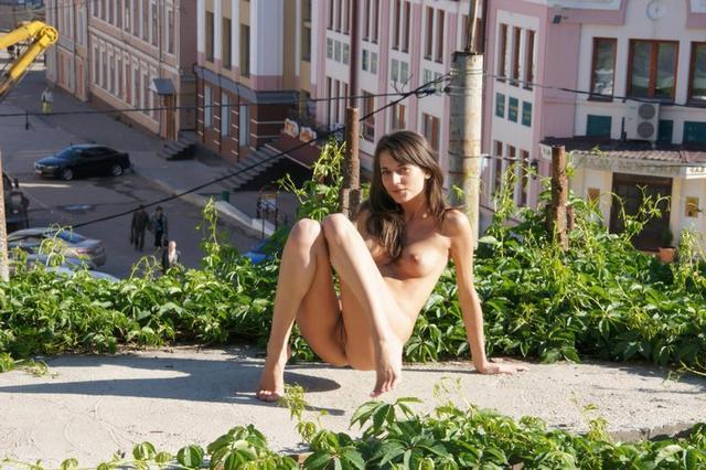 Голая нудистка позирует по прогулочной зоне в центре города - секс порно фото