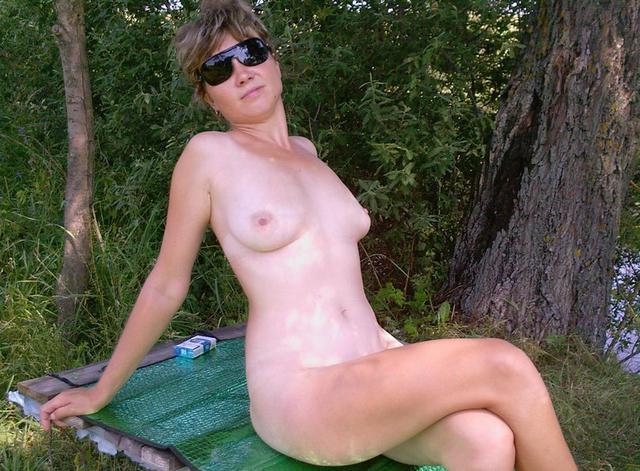 Деревенская баба позирует на свежем воздухе и трахается дома с мужиком - секс порно фото