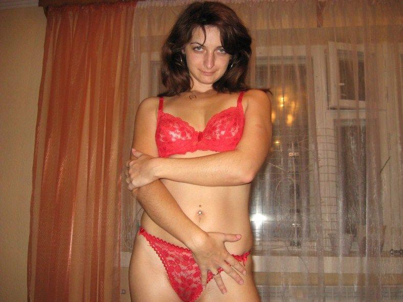 Кокетка позирует в нижнем белье и раздевается - секс порно фото