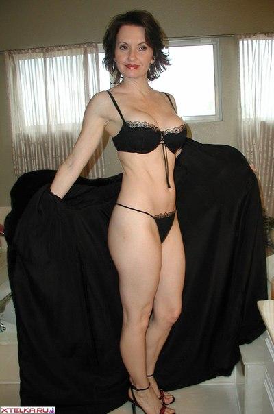 Сексуальная женщина мастурбирует клитор и позирует на камеру - секс порно фото