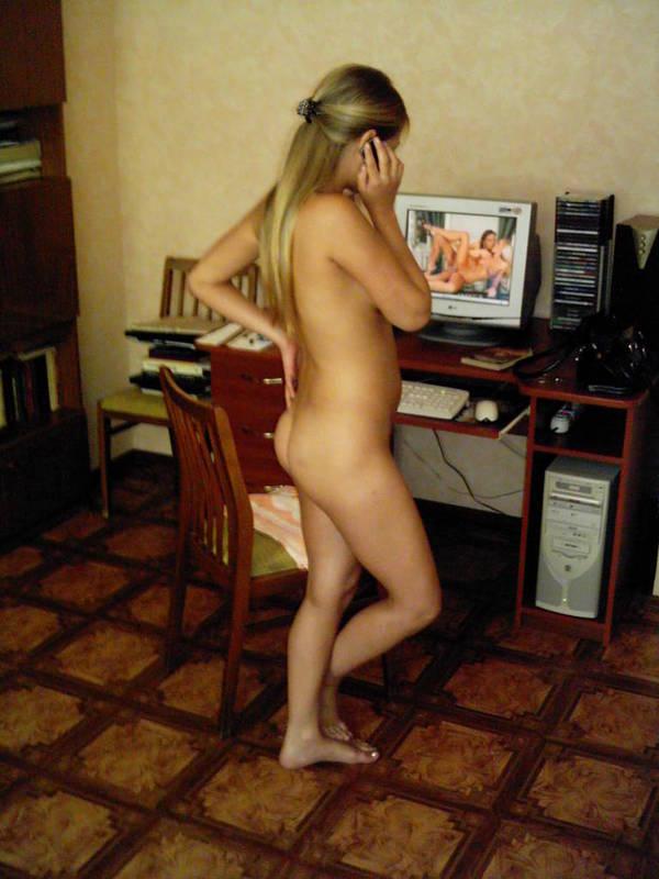 Скучающая девушка голышом и в нижнем бельишко - секс порно фото