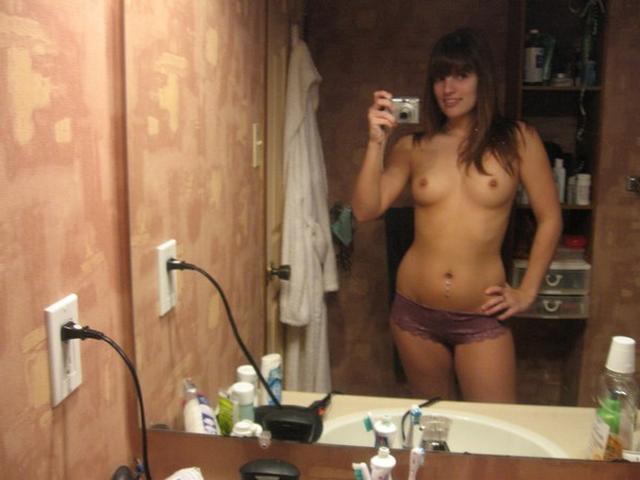 Очаровательные девчата ерзают голыми и в нижнем белье - секс порно фото