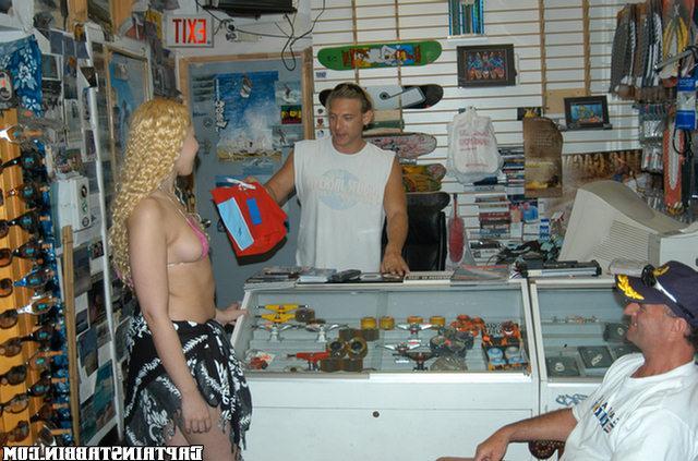 Мулатка трахается с продавцами в магазине - секс порно фото
