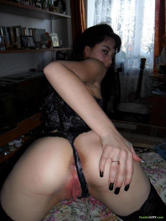 Мужик вставляет залупу в рот и во влагалище брюнетки - секс порно фото