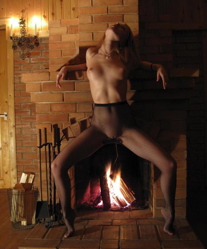 Нежная блондинка принимает всякие позы у камина - секс порно фото
